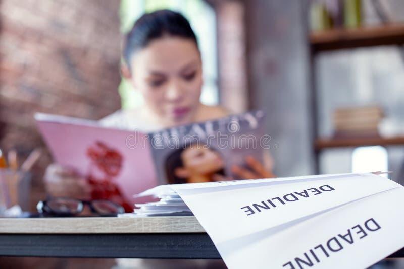 Saknad stopptid för härlig kvinnlig anställd arkivbild