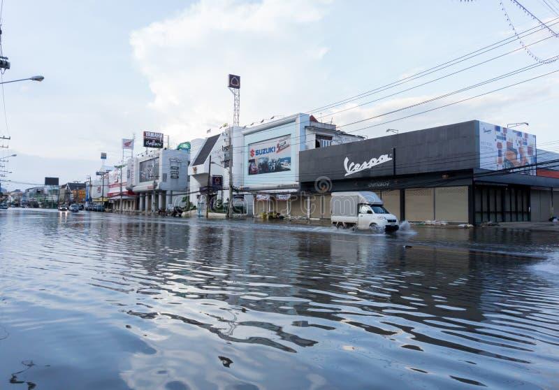 SAKON NAKHON, TAILANDIA - 2 DE AGOSTO DE 2017: Agua de las calles inundada fotografía de archivo