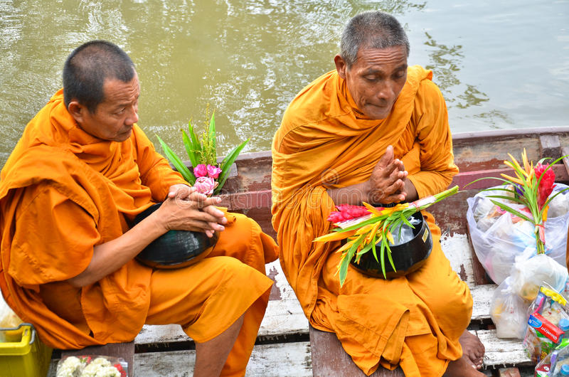 Sakonnakhon TAILANDIA 8 de julio: El monje budista es las limosnas imagen de archivo libre de regalías