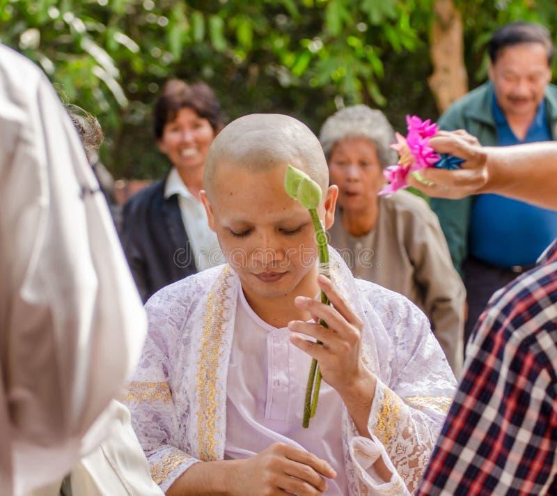 SAKONNAKHON THAILAND December 23: Nyligen förordnad buddistisk munk p royaltyfria bilder