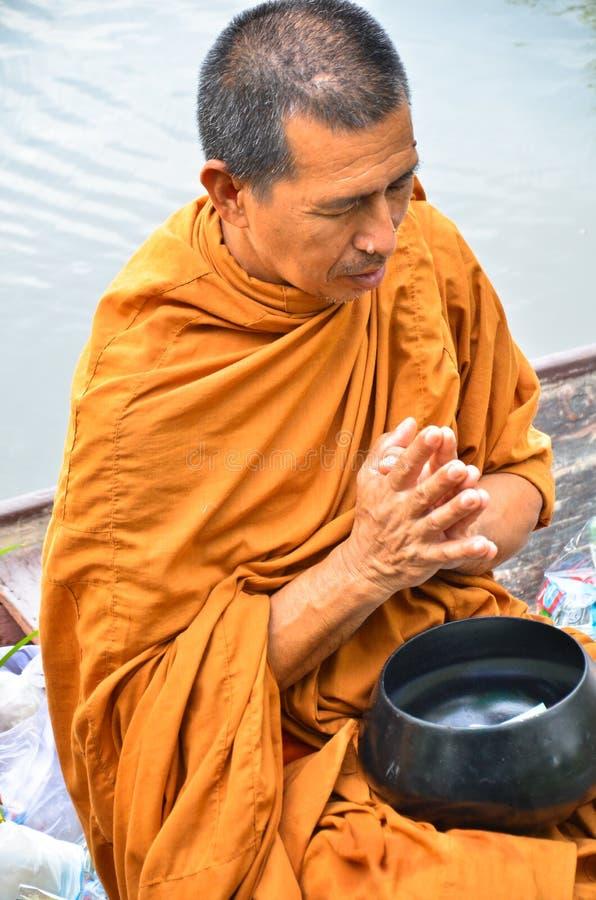 Sakonnakhon THAILAND 8. Juli: Buddhistischer Mönch ist die Almosen stockfotografie