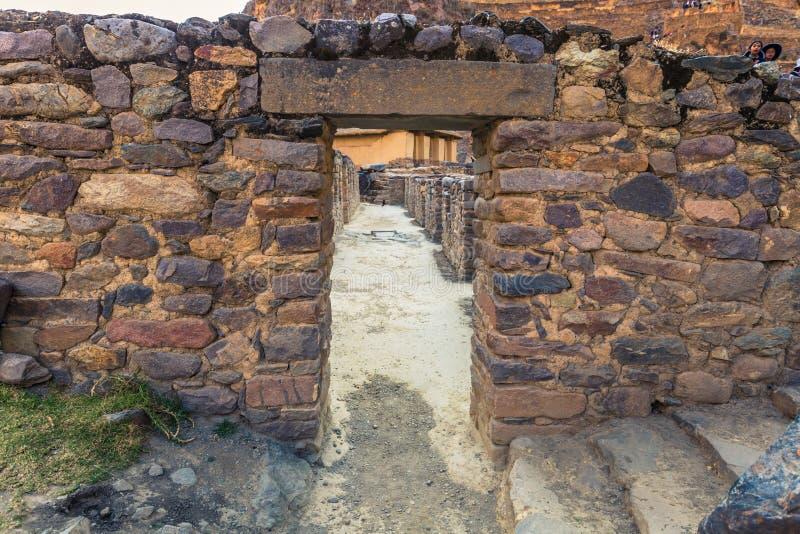 Sakral dal, Peru - Augusti 02, 2017: Forntida plats av Ollantayt fotografering för bildbyråer