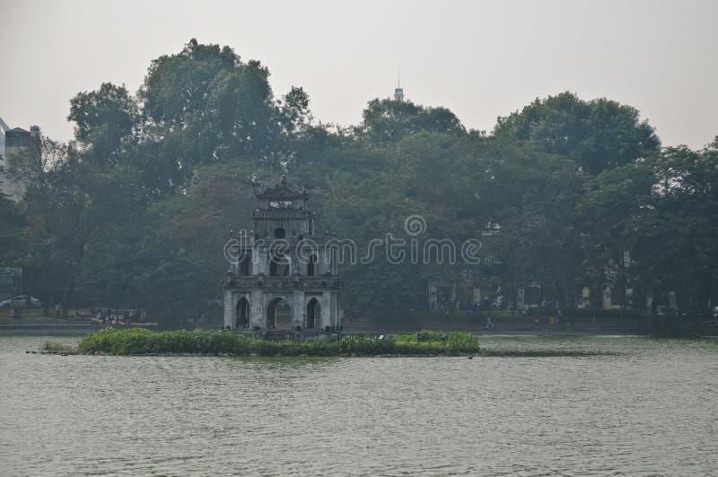 Sakral gående tillbaka sjö för sköldpadda och för svärd - Ho Kiem sjö Hanoi VI royaltyfri fotografi