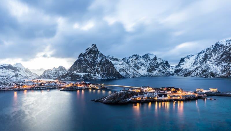 Sakrisoy, Lofoten, Norvegia all'ora blu fotografie stock