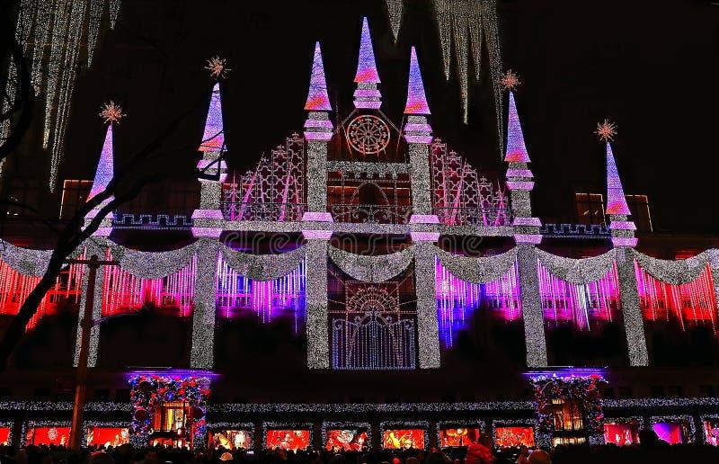 Saks Fifth Avenue a festonné avec les lumières colorées de vacances image libre de droits
