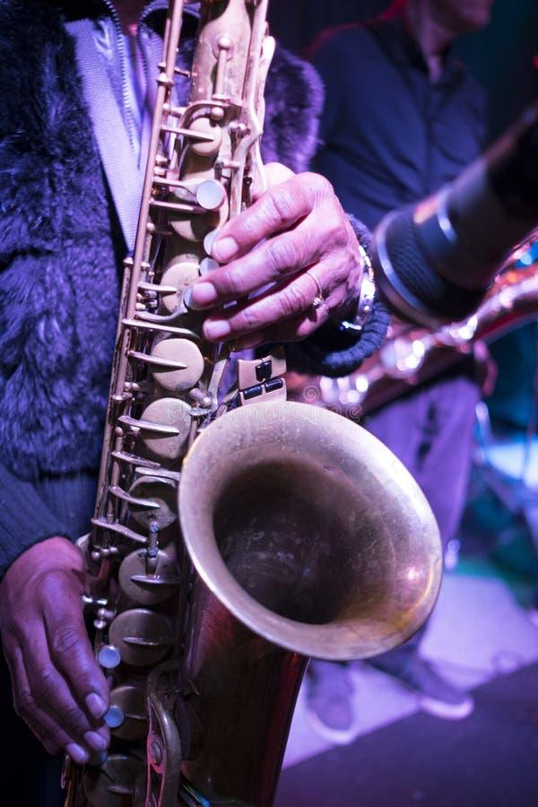 Saksofon bawić się błękity muzycznych fotografia stock