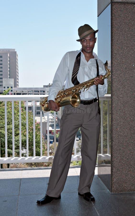 saksofon gracza na zewnątrz obraz stock