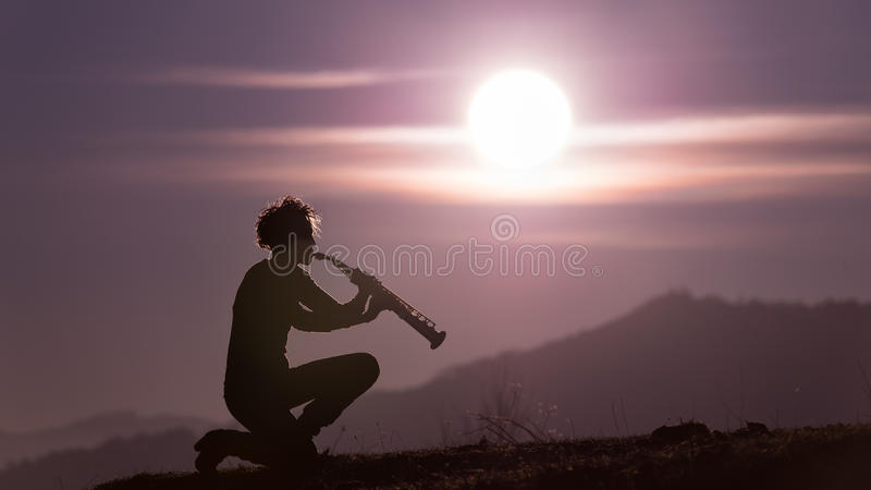 Saksofonu gracz w purpurach zdjęcie stock