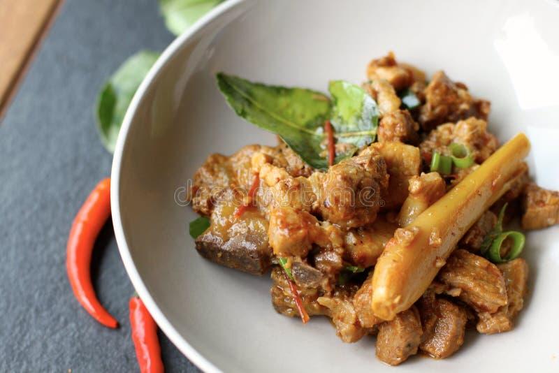 Sakta lagat mat kryddigt chiligriskött royaltyfria foton