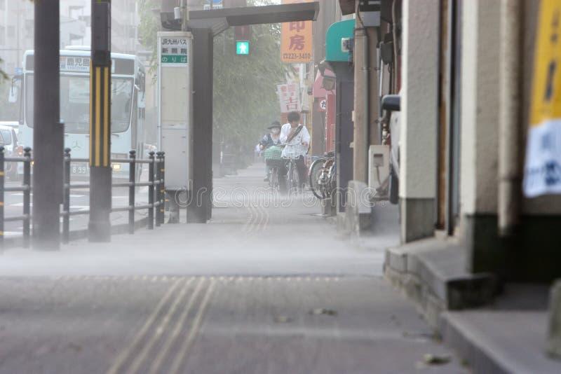 Sakurajima entra em erupção, quedas da cinza na cidade de Kagoshima imagem de stock