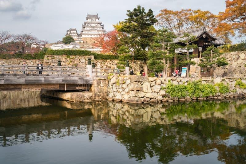 Sakuramon-Bashibrug over de binnengracht die het kasteel complex in de Stad van Himeji, Japan omringen stock foto's