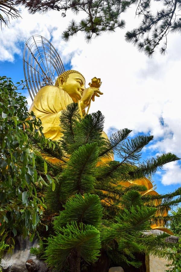 Sakyamuni菩萨金黄雕象范的Hanh Pagoda在大叻市,越南 免版税库存图片
