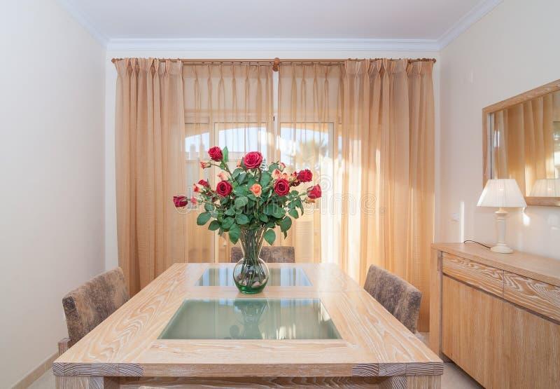 Salão bonito, sala interior Ramalhete das rosas na tabela fotografia de stock