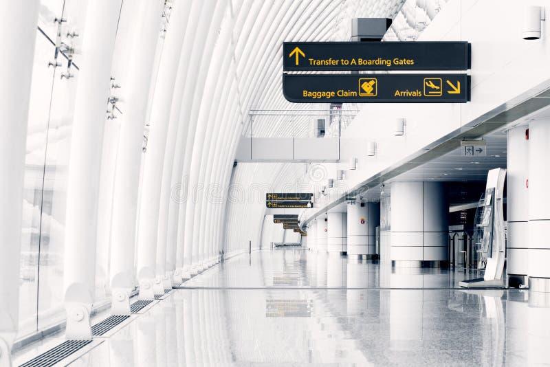 Salão branco no aeroporto - arquitetura moderna imagem de stock