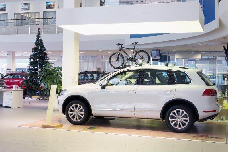 Salão com carros e a árvore de Natal fotos de stock royalty free