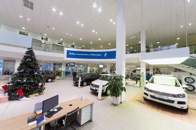 Salão com carros e o local de trabalho em Volkswagen centram-se fotos de stock royalty free