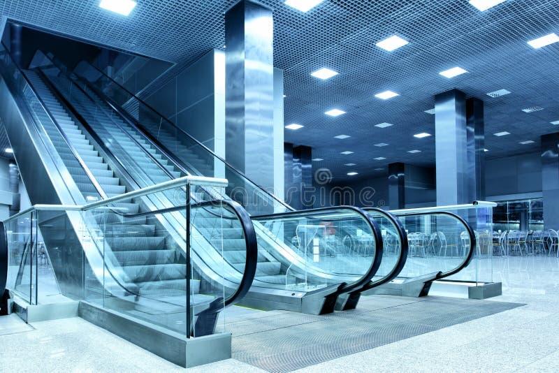 Salão com escada rolante foto de stock royalty free