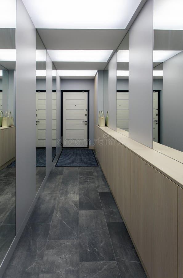 Salão com muitos espelhos foto de stock