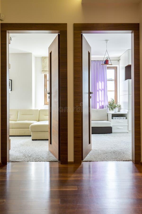 Salão da casa com duas entradas fotos de stock royalty free