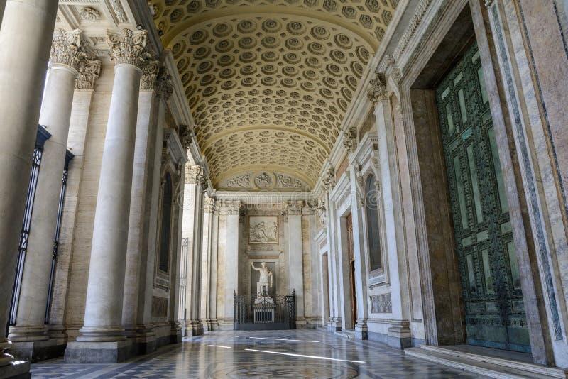 Salão da entrada principal à catedral de St John o batista no monte de Lateran em Roma foto de stock royalty free