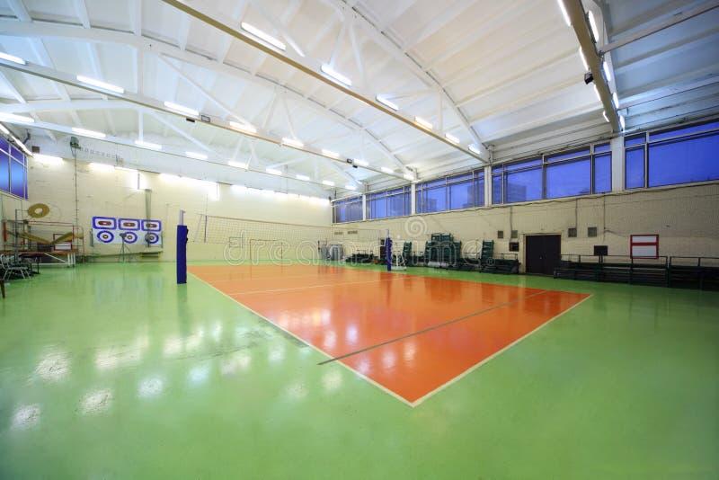 Salão da ginástica da escola e rede internos do voleibol fotografia de stock royalty free
