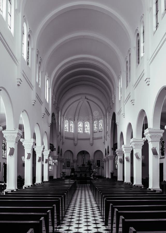 Sal?o da ora??o da catedral do Lat da Dinamarca com assentos de madeira imagens de stock royalty free