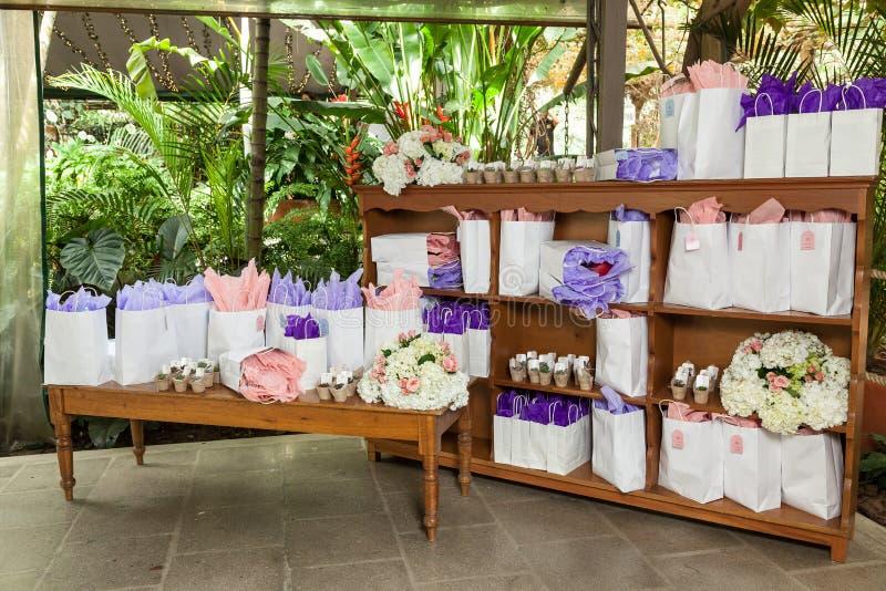 Salão da recepção, canto da sala decorada com os presentes para convidados do partido imagens de stock royalty free