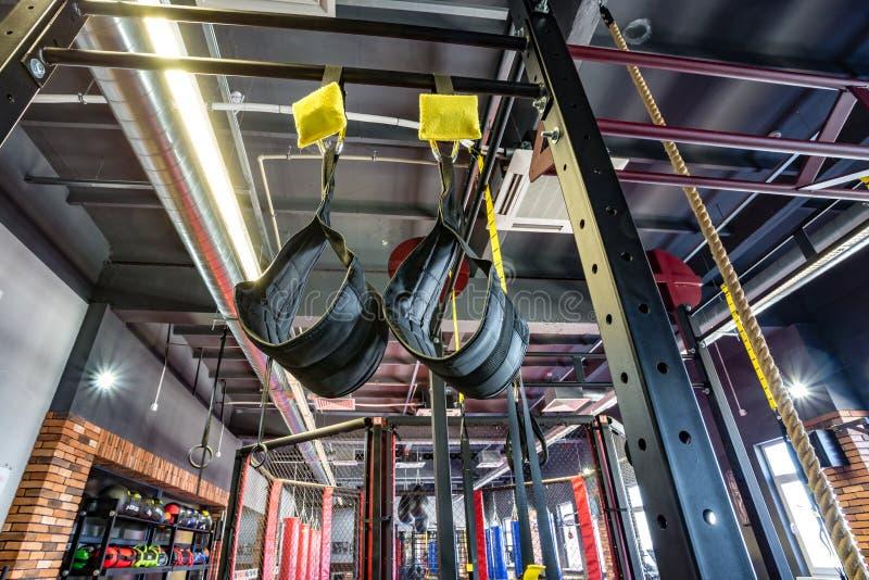 Salão das artes marciais com anel e sacos e simuladores de combate de perfuração no clube moderno da luta imagem de stock royalty free