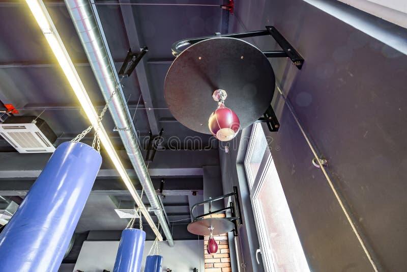 Salão das artes marciais com os sacos de combate do anel e de perfuração no clube moderno da luta imagem de stock royalty free