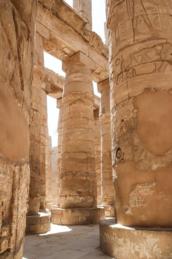 Salão das colunas nos templos de Karnak (Luxor, Egito) imagens de stock