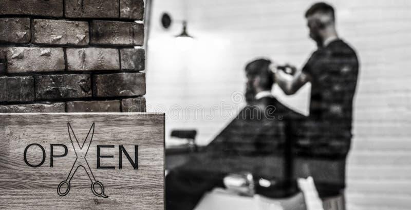 Salão de beleza do barbeiro Loja aberta do barder Cabeleireiro ou barbeiro Barbeiro de visita do homem na barbearia Homem com bar fotografia de stock