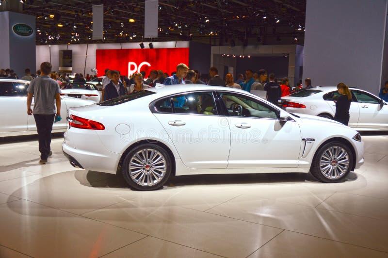 Salão de beleza internacional do automóvel de Moscou do Cabriolet branco do brilho de Jaguar XF imagem de stock