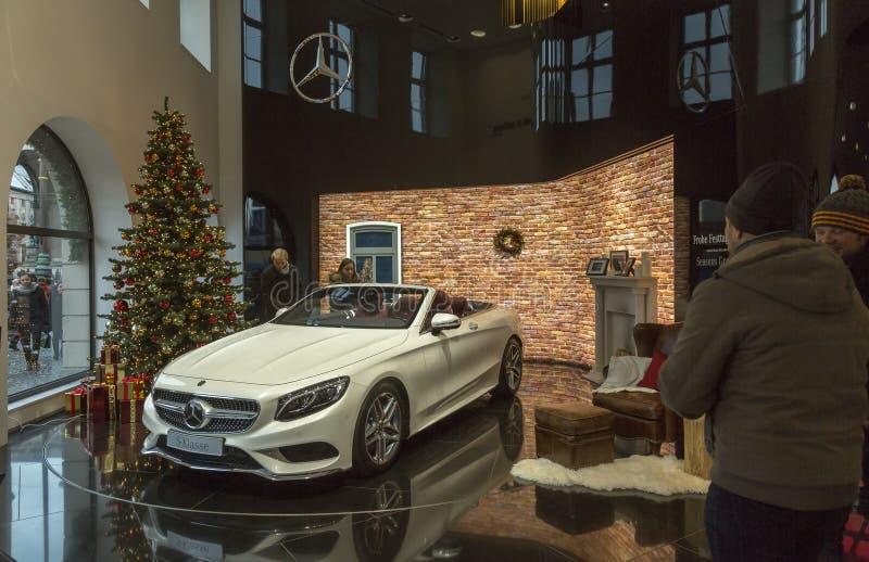 Salão de beleza de Mercedes-Benz no quadrado de Odeon em Munich imagens de stock