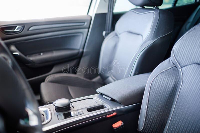 Salão de beleza moderno bonito do carro Visitando um concessionário automóvel imagens de stock royalty free