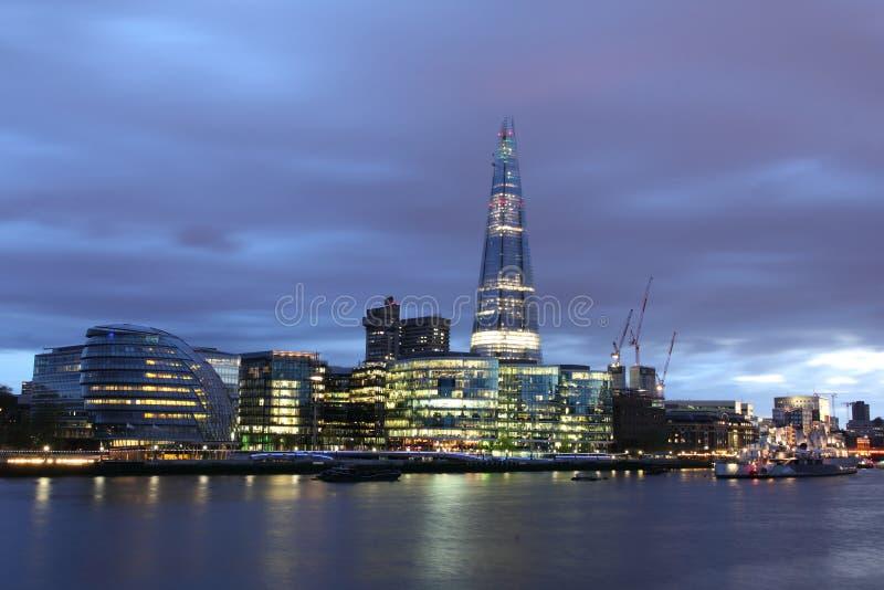 Salão de cidade novo de Londres na noite fotografia de stock royalty free