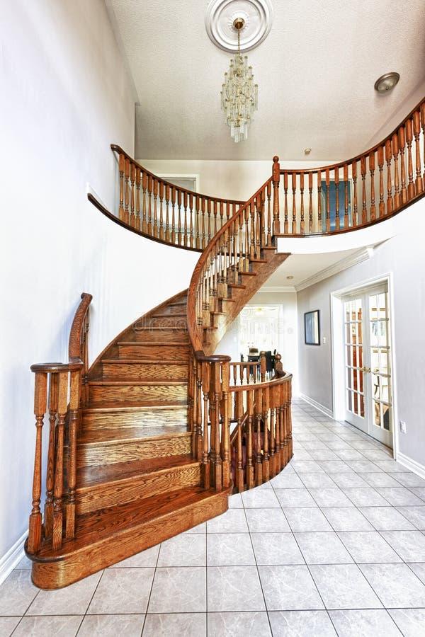 Salão de entrada com escadaria fotos de stock royalty free
