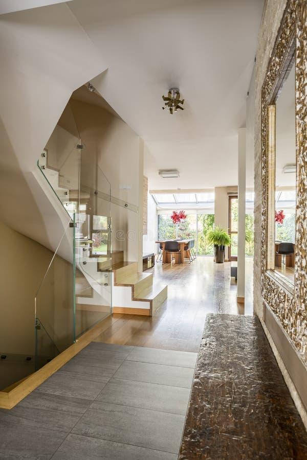 Salão de entrada na casa luxuoso fotografia de stock royalty free