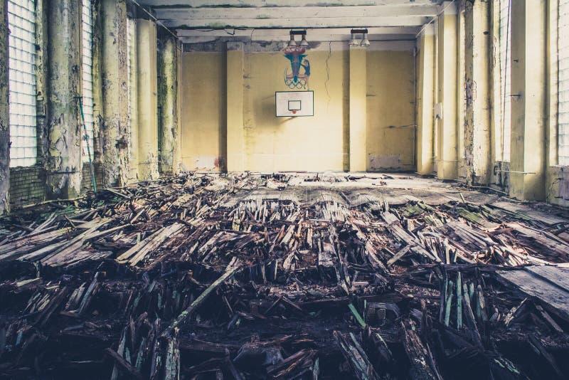 Salão de esportes velho do basquetebol, escola abandonada imagens de stock
