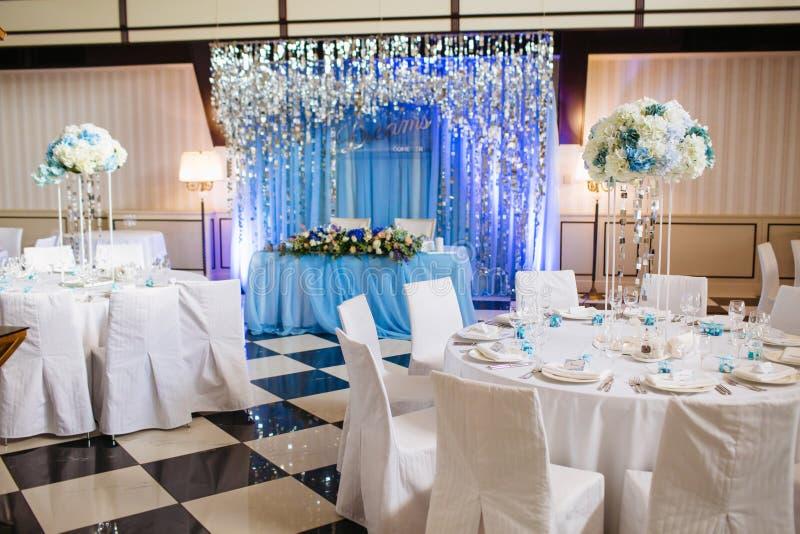 Salão do banquete do casamento Tabelas festivas vazias em um restaurante imagens de stock royalty free