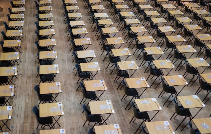 Salão do exame estabelecido com cadeiras e as mesas de madeira Fotografado em Queen Mary, Universidade de Londres fotos de stock