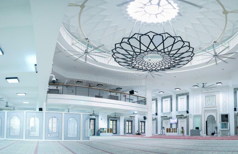 Salão enorme da mesquita com o candelabro minimalista moderno no centro imagens de stock royalty free