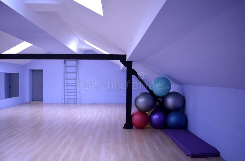 Salão para lições da dança e da ginástica fotos de stock