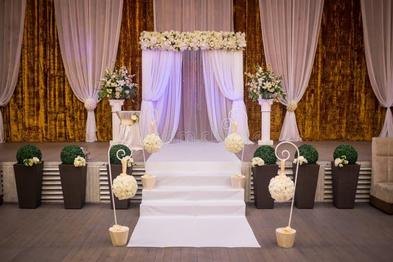 Salão pronto para convidados, luxo da cerimônia de casamento, casamento elegante r imagem de stock
