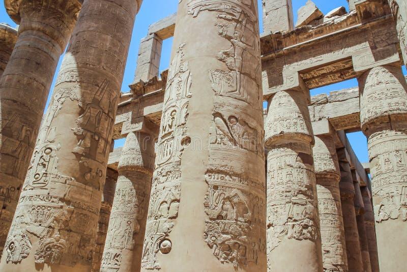 Salão sustentado por colunas no complexo do templo de Karnak (Luxor) imagens de stock royalty free