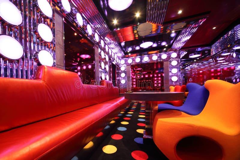 Salão vazio colorido com poltrona, sofá, tabela imagem de stock royalty free