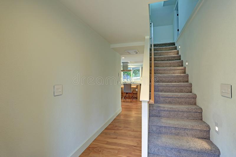Salão vazio do vestíbulo da casa moderna completamente renovada fotos de stock royalty free