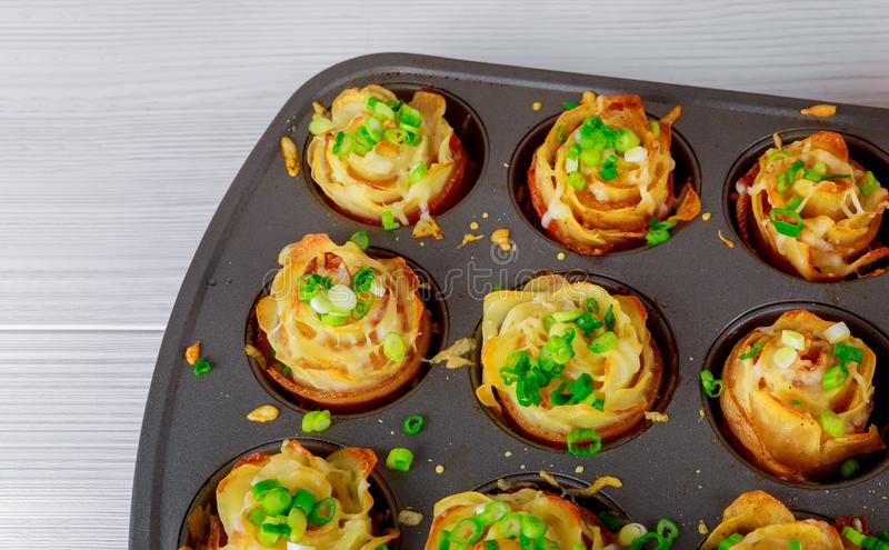 Salé fait maison en lard, pommes de terre frites dans le plat images stock