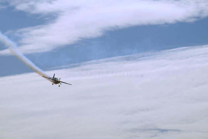 Salón aeronáutico Avión con un rastro de humo durante un vuelo que se zambulle imágenes de archivo libres de regalías