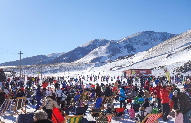 Salón al aire libre en centro turístico del deporte de invierno imagenes de archivo