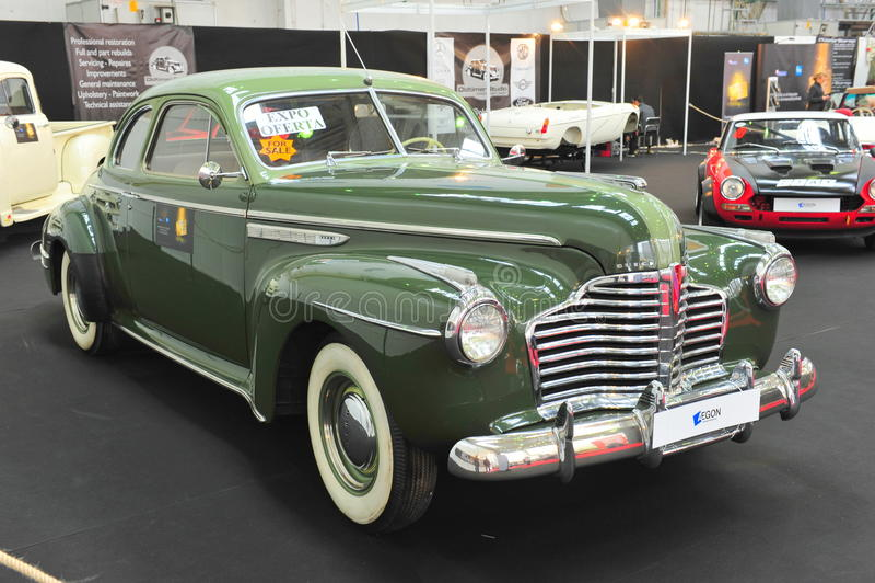 Salón auto retro automotriz restaurado vintage imagenes de archivo